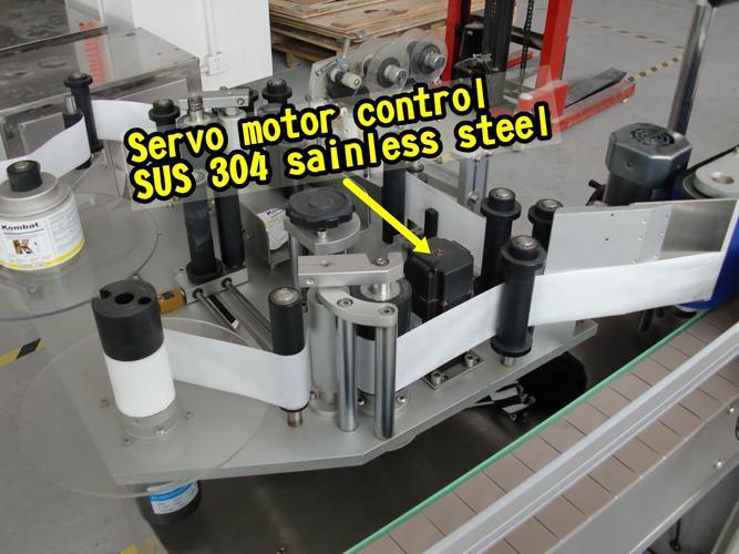 수집 표면을 가진 지 통제 두 배 옆 병 라벨 붙이는 사람 기계