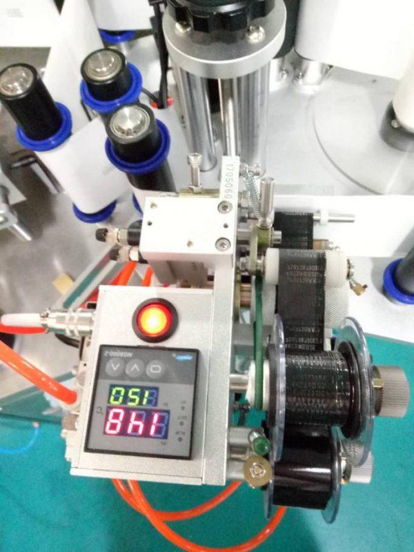 찾는 장치와 코딩 기계를 가진 자동적 인 Doubel 옆 스티커 레테르를 붙이는 기계를 레테르를 붙이십시오