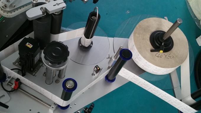 25kg 단지 사각 병 스티커 도포 구 기계, 먹이는 병 안정되어있는 속도를 가진 레테르를 붙이는 기계
