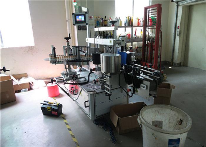 플라스틱 / 유리 병 두 배 옆 레테르를 붙이는 기계, 정연한 병 라벨 붙이는 사람